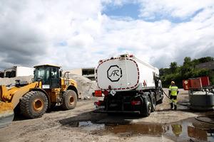 Die Tankkraftwagen der Spedition Ringelkamp bahnen sich bei jedem Wetter ihren Weg auf die Baustellen, da ohne termingerechte Kraftstofflieferung Stillstand droht.
