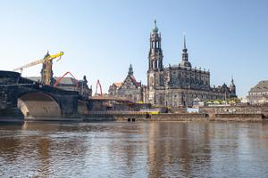 Sandsteinfarbener Beton ermöglicht die denkmal-gerechte Sanierung der Augustusbrücke in Dresden. Der neue Brückenbogen passt sich harmonisch ein.