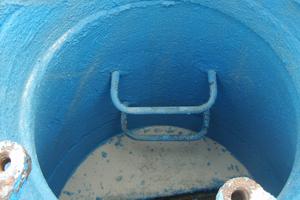rechts: Aufgetragene Grundierung Purflex-X 35 G F. Die Grundierung wird nach einer Reinigung des Schachtes mit Hochdruckwasser aufgetragen.