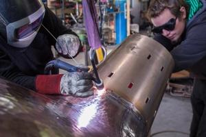 Herstellung der äußeren Quellschale: Anschweißen des Befestigungskonus im Wolfram-Inertgasverfahren (WIG). Es ermöglicht hochwertige Verbindungen, auch bei Bronzelegierungen.