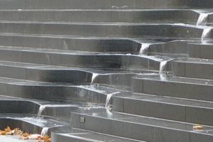 Wassertreppe vor dem Inhalatorium: Wassermenge, -bewegung und Beleuchtung variieren.