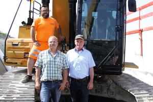 Christian Kopp (links), Geschäftsführer bei der J. Friedrich Storz Service GmbH & Co. KG, mit Maschinist Alexander Jennewein auf dem Bagger und Gerd Theurer (rechts), Gebietsverkaufsleiter bei Zeppelin.