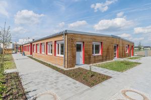 Mit einer hochwertigen Fassade sowie den farblich abgesetzten Fenster- und Türlaibungen gibt sich das neue Kinderhaus nach außen nicht als Containerbauwerk zu erkennen.