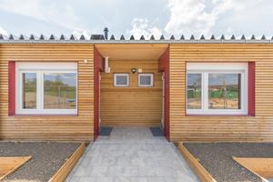 Alle Außenwände wurden nach innen hin mit einer neuen Vorsatzschale ertüchtigt, ebenso nach außen aufgedoppelt, gedämmt und mit einer hochwertigen Holzfassade verkleidet.