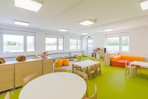 Die großzügig bemessenen, lichtdurchfluteten Räume sind kindgerecht und freundlich gestaltet.