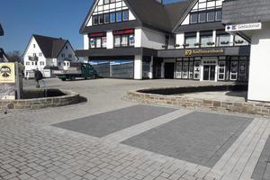Für die Befestigung des Dorfplatzes entschied man sich für eine Lösung mit Betonpflastersteinen aus dem Hause Berding Beton im Format 21 x 14 x 10 Zentimeter mit einem Natursteinvorsatz.