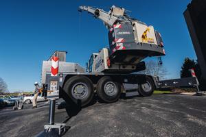 Der Demag AC 45 City-Kran aus der 45-Tonnen-Klasse wurde für Unternehmen konzipiert, die auf Mobilität angewiesen und in engen, innerstädtischen Bereichen tätig sind.