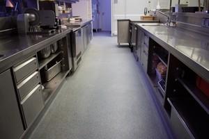 Der Reinraumboden LW KÜCHEN Terrazzo entspricht den gesetzlichen Vorgaben für Lebensmittelbereiche und ist zudem in Kühl- und Tiefkühlräumen einsetzbar.