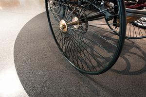 Im Mercedes-Benz Museum wurde der Anschluss des neuen Bodenbelags an den vorhandenen mineralischen Terrazzo mit schlanken Metallschienen gelöst.