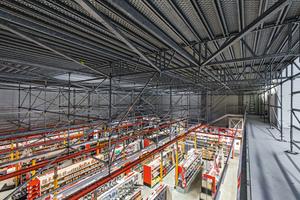 Die etwa 400 m² große Arbeitsplattform war oben als räumliches PERI UP Flex Gerüst ausgebildet, im Verkaufsraum darunter wurden lediglich 22 Multiprop Stützen benötigt – geometrisch angepasst an die örtlichen Gegebenheiten.<br />