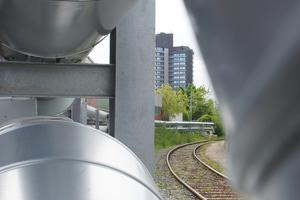 Ein Teil der neu zu erstellenden Fernwärmeleitung wurde parallel zu einer Industriebahnlinie aus dem Boden herausgeführt, aufgeständert, gesichert und mit Metallmantel isoliert. Die für dieses neben der Gleisanlage oberirdisch verlaufende Teilstück erforderlichen Bettungs- und Betonfundamentarbeiten wurden von der Schenek Tiefbau GmbH durchgeführt.
