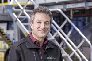 """Andreas Riebel, stellvertretender Betriebsleiter der """"das Stadtwerk Regensburg. Fahrzeuge und Technik GmbH"""", setzt bei der Wartung und Reparatur von Nutzfahrzeugen auf den nivello-Leiterschuh.<br />"""