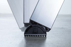 Der neue nivello- Leiterschuh punktet mit seiner patentierten 2-Achsen-Neigungstechnik im integrierten Gelenk, welche die vollflächige Bodenauflage der Leiter optimiert, und dem innovativen Konzept der wechselbaren Fußplatten.<br />