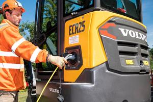 Alexandre Birot schließt den ECR25 Electric zum Aufladen an.