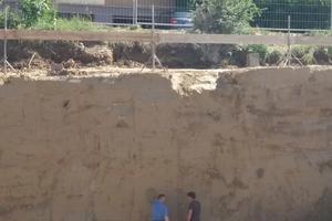 RSS-Wand einschließlich Bodenplatte aus RSS-Flüssigboden auf einer Baustelle in der Phase des Endaushubs der Grube, d.h. der höchsten Belastung der RSS-Wand und der Bodenplatte.