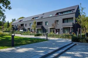 """Als eine von sechs Wohnsiedlungen der Berliner Moderne gehört die Gartenstadt Falkenberg zum UNESCO-Welterbe. Die Neubauten am Akazienhof 4 knüpfen identitätsstiftend an die von Bruno Taut geplante """"Tuschkastensiedlung"""" an."""