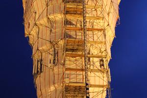 Der eingehauste Wasserturm sieht aus wie ein Kunstwerk.