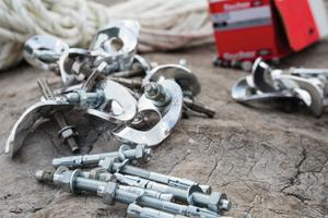 Alles hängt an ihnen: An die fischer Bolzenanker, wie den FBZ 8/10, lassen sich mittels Schraubgliedern Seile einhängen, welche vor einem Absturz sichern.<br />