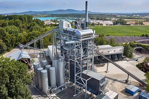 Asphaltmischanlagen wie die stationäre BARPP 4000 produzieren bis zu 320 t Asphalt pro Stunde. Das neue Mischgut kann beim Recycling im Gegenstrom-Verfahren mit Heißgaserzeuger und einer Recycling-Quote von 90 + X% – je nach Rezeptur – aus rund 300 t Ausbauasphalt bestehen.