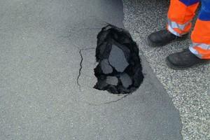 Schadensbilder an der Oberfläche: Durch ausgespültes Erdreich bilden sich Setzungen.
