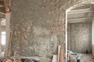 Zur Verbesserung der Rauigkeit und zum Ausgleich der Saugfähigkeit wurden die Ziegelwände zunächst mit dem Zement-Maschinen-Vorspritzmörtel und Zementputz MZ 4 von quick-mix belegt.