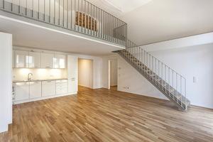 In den Wohnungen trifft Moderne auf Tradition: Säulen und Ziegelbögen aus dem Altbau wurden erhalten.