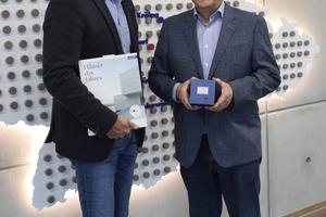 """Maxit-Firmenchef Hans-Dieter Groppweis (r.) und Marketingleiter Reinhard Tyrok freuen sich über die Auszeichnung der Ecosphere-Spritzdämmung als """"Produkt des Jahres""""."""