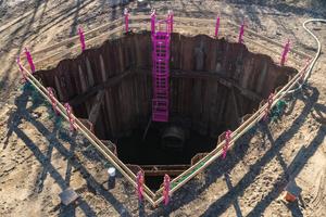 Vollständig durch die Absturzsicherung gesicherte Baugrube mit Verbauleiter.<br />