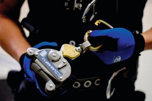 Der integrierte Anschlagpunkt dient zur schnellen und zuverlässigen Sicherung beim Einstieg.