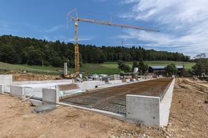 unten: Der neue Milchviehstall bei Wörth a. d. Donau wird 57 m lang und knapp 30 m breit. Alle Ortbetonbauteile wurden mithilfe der Duo hergestellt.