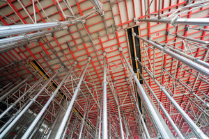 Die ca. 800 m<sup>2</sup> große und 7,50 m hohe Decke im Foyer wurde mit Deckenschaltischen Topmax in Kombination mit einem Schalgerüst aus dem Gass-System hergestellt.