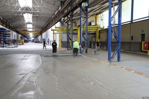 Perfekter Anschluss: Neue und bereits bestehende Industriebodenflächen lassen sich praktisch übergangsfrei miteinander verbinden, so dass keine Kanten entstehen, die das Begehen oder Befahren behindern würden.