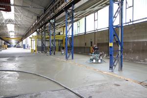 Glätten der Fläche: Der Einsatz von Doppelgättmaschinen (rechts im Bild) sorgt für einen schnelle und effiziente Bearbeitung.