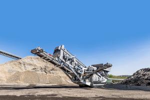 Mit seinem Raupenfahrwerk ist der mobile Asphalt-Shredder von Ammann auch an schwer zugänglichen Stellen einsetzbar.