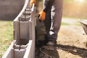 """Mit den BisoSchalungssteinen entstehen im """"Ruck-Zuck-Verfahren"""" perfekte Baukonstruktionen: von Mauern bis hin zu Geschossen."""