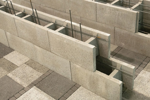 Rechts: Schnell und einfach lassen sich mit Biso-Schalungssteinen auch massive Einfriedungen mit Wanddicken von 17,5, 24 und 30 cm erstellen.