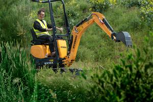 Der Hyundai HX10A eignet sich für den Garten- und Landschaftsbau, weil er auch durch engste Baueinfahrten zum Einsatzort gelangen kann.