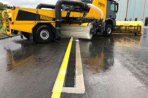 Flughafenflächen gehören laut EN 1433 zur Belastungsklasse F 900: Sie sind besonders hohen statischen und dynamischen Belastungen ausgesetzt. Entwässerungseinrichtungen müssen auf diese Anforderungen abgestimmt sein.