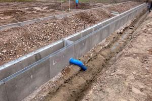 Neubaugebiet Walldorf: Hier wird erneut das Rinnenfiltersystem Drainfix Clean eingebaut, das auf schwerlastbefahrbaren Faserfix Super Rinnen basiert. Mittig sichtbar der Einlaufkasten mit Abfluss.
