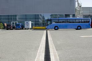 Messegelände Nürnberg: Bei der Erneuerung von Logistikflächen im Freigelände wurden Faserfix Big BLS Rinnen eingebaut, die für extremste Belastungen geeignet sind. Weitere Einsatzbereiche sind grundsätzlich alle Betonfahrbahnflächen, LAU-Anlagen, Flugbetriebsflächen, Hafenanlagen / Container-Terminals (auch mit Reachstacker-Belastung), Industrie- und Logistikflächen, Tunnelentwässerung sowie Schwerlast-Verkehrsflächen (auch in Kombination mit Niederschlagswasserbehandlung). Rinnenkonstruktion und Fundamentausbildung verfügen über eine geprüfte Statik, eine zusätzliche externe Statik ist somit nicht notwendig.