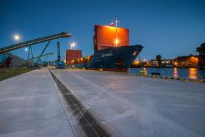Hafenanlagen gehören laut EN 1433 zur Belastungsklasse F 900: Sie sind besonders hohen statischen und dynamischen Belastungen ausgesetzt. Entwässerungseinrichtungen müssen auf diese Anforderungen abgestimmt sein.