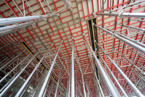 Die ca. 800 m2 große und 7,50 m hohe Decke im Foyer wurde mit Deckenschaltischen Topmax in Kombination mit einem Schalgerüst aus dem Gass-System hergestellt.
