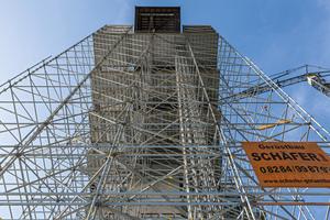 Das 40 Meter hohe Raumgerüst und die Arbeitsebenen basierten auf einem großzügigen 3,00 x 3,00 Meter Grundraster. Notwendige Anpassungen an Geometrie und Lasten erfolgten mit Systembauteilen in 25-Zentimeter-Schritten.<br />