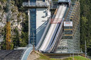 Neben der Modernisierung des Anlaufturmes mit neuen Stahlstegen und -stufen wurden auch die Aufsprunghänge und der Tribünenbereich der Schattenbergschanze saniert.<br />