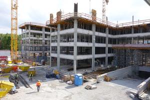 """Das Bürogebäude """"Gerlingen Work"""", im Zentrum Gerlingens an der Kreuzung Dieselstraße/Feuerbacher Straße gelegen, wurde mit einer Bruttogeschossfläche von ca. 30.000 m² in konventioneller Stahlbeton-Skelettkonstruktion errichtet."""