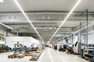 Die rund 2.700 Quadratmeter große Produktionshalle des Neubaus verfügt über ein Tragwerk aus Spannbeton-Satteldachbindern sowie Betonfertigteilstützen.