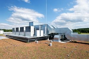 Eine große, effiziente Lüftungsanlage auf dem Dach sorgt für eine konstante Raumtemperatur innerhalb der Produktionshalle.
