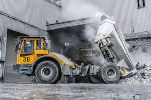 Der 12-Tonner wird für den Abtransport glühend heißer Schlacke eingesetzt. Diese fällt bei der Stahlproduktion an und kann Temperaturen von bis zu 700 °C erreichen.