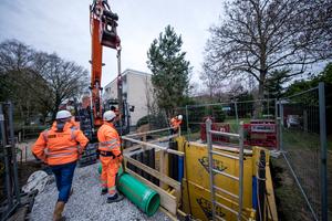 Beim Abschnitt im Bereich der Bahntrasse entschieden sich die Projektbeteiligten für ein Kurzrohrreling mit schweißbaren Rohrmodulen.