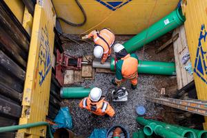 Für die Durchführung des Kurzrohrrelinings musste zunächst eine Baugrube als Startpunkt ausgehoben werden. Als Zielpunkt konnte der vorhandene Schacht genutzt werden. Aus der Richtung Erlenbachstraße wurden die Kanalrohre dann im grabenlosen Verfahren in das Altrohr eingebracht.